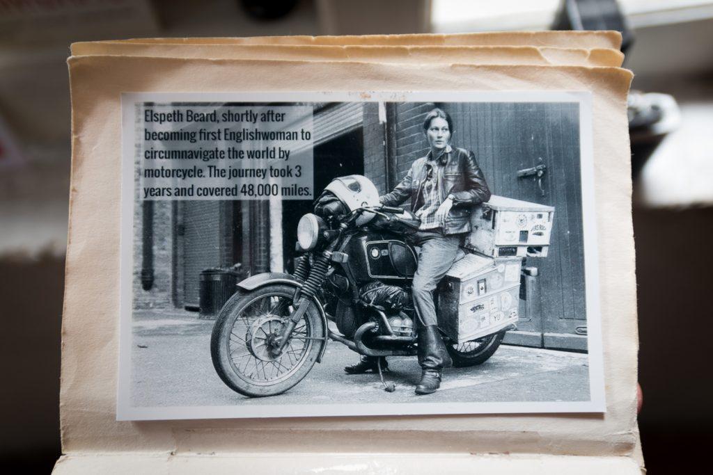 Diese Foto hab ich zufällig im Photography Museum in George Town entdeckt: Elsbeth Beard, die erste britische Frau die auf einem Motorrad die Welt umrundete (1982).